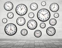 在墙壁上的许多时钟 免版税图库摄影