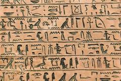 在墙壁上的象形文字的雕刻 库存照片