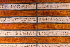 在墙壁上的象形文字的雕刻 免版税库存图片