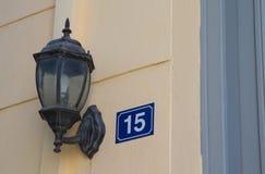 在墙壁上的路灯柱房子号码15 免版税库存照片