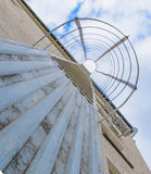 在墙壁上的逃命梯子 对避风港的楼梯 库存照片