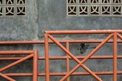 在墙壁上的金属fenches 免版税图库摄影