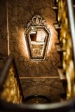 在墙壁上的金黄镜子 免版税库存图片