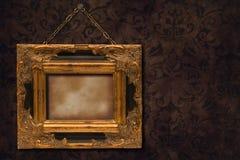 在墙壁上的镀金面框架 库存照片