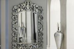 在墙壁上的镜子 库存照片
