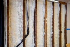 在墙壁上的闭合的细胞浪花泡沫绝缘材料 免版税库存图片