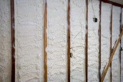 在墙壁上的闭合的细胞浪花泡沫绝缘材料 免版税库存照片
