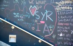 在墙壁上的难民消息在Keleti火车站在Budape 免版税图库摄影