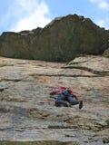 在墙壁上的登山人在高加索山脉 免版税库存照片