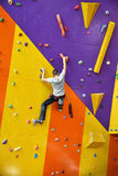 在墙壁上的登山人没有保险 免版税图库摄影