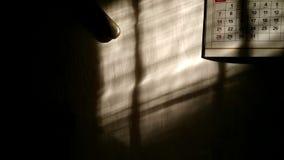 在墙壁上的阴影有日历的 库存照片