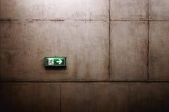 在墙壁上的绿色出口标志 免版税图库摄影
