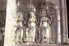 在墙壁上的Apsaras在吴哥窟寺庙附近的中心在Cambod 免版税库存图片