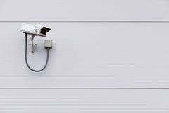 在墙壁上的CCTV照相机与复制空间 免版税库存图片