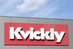 在墙壁上的Kvickly商标 免版税库存图片