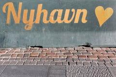 在墙壁上的Nyhavn标志在哥本哈根 库存图片