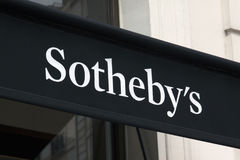 在墙壁上的sothebys上写字 免版税库存照片