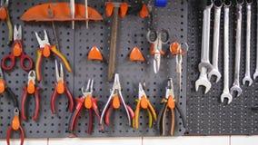 在墙壁上组织的工具品种  免版税库存照片