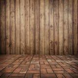 在墙壁和砖地板上的木头您的家的和背景的 免版税库存照片