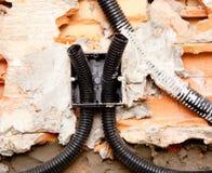 在墙壁埋置的箱子的电子卷输送管道管子 免版税库存照片