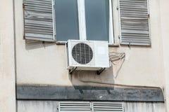 在墙壁大厦的外部空调装置 库存照片