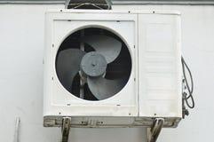 在墙壁大厦的外部空调装置 免版税图库摄影