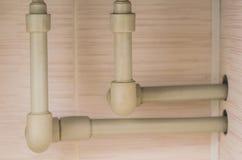 在墙壁安装的聚丙烯管子 免版税图库摄影