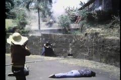 在墙壁投掷的手榴弹后的宽射击人在战士 影视素材