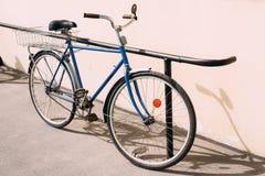 在墙壁旁边停放的老稀有自行车 库存图片