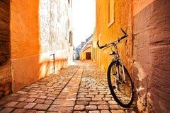 在墙壁旁边的一辆自行车在一条街道上在一个城市在欧洲 一个健康生活方式和环境形式的概念性图象 免版税图库摄影