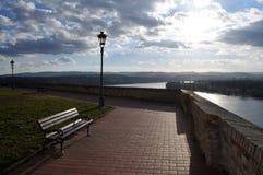 在墙壁旁边的长凳有多瑙河和诺维萨德的不能得到的看法从彼得罗瓦拉丁堡垒 免版税库存照片