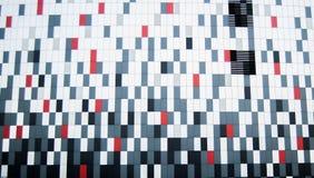 在墙壁现代buliding的五颜六色的箱子 免版税库存照片