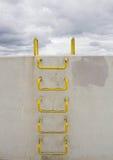 在墙壁的一架梯子 免版税库存图片