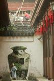 在墙壁的古老段落在Yu庭院在上海,中国 库存照片