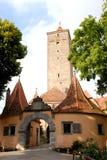 在墙壁的古老门和古老塔在Rothenburg镇在德国 免版税库存照片