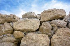 在墙壁的大石头 免版税图库摄影