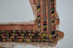 在墙壁的弯曲的管子 免版税图库摄影