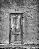 在墙壁的抽象门有破裂的灰泥的 库存照片