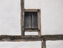 在墙壁的木构架窗口 图库摄影