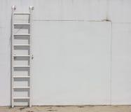 在墙壁的楼梯 免版税库存图片