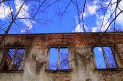 在墙壁的残破的窗口 免版税库存图片