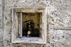 在墙壁的消防栓 库存图片