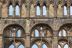 在墙壁的看法有曲拱的破坏Jedburgh修道院苏格兰人边界 库存照片