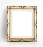 在墙壁的空白的金黄葡萄酒照片框架倾斜在光滑的白色st 免版税库存图片