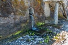 在墙壁的管子 免版税库存照片