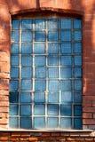 在墙壁的老大块玻璃 免版税库存图片