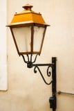 在墙壁的老法国灯 库存照片