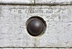 在墙壁的老炮弹 免版税库存照片