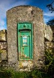 在墙壁的老爱尔兰邮箱 免版税库存图片