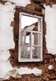 在墙壁的老窗架 免版税图库摄影